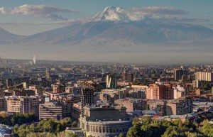 Armeniens hovedstad, Jerevan, med bjerget Ararat i baggrunden.