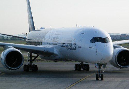 Det ene af Airbus' fire A350-testfly foran flyfabrikkens leveringscenter i Toulouse i går, torsdag.