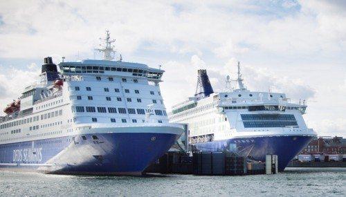Sjældent familiefoto med de to DFDS-skibe på København-Oslo rute side om side, Pearl Seaways, til venstre, og Crown Seaways.