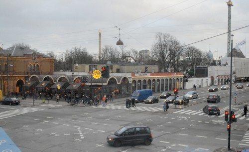 Til højre den nuværende Nimb-bygning, i midten Hard Rock Cafe og til venstre Tivolis hovedindgang. Foto: Preben Pathuel.