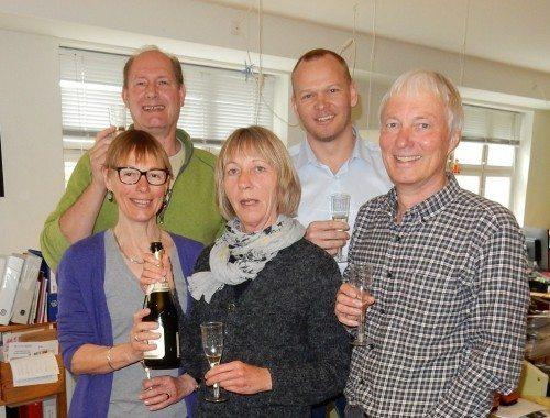 Mads Bygballe, bagest til højre, med de fire hidtidige ejere af Ruby Rejser.