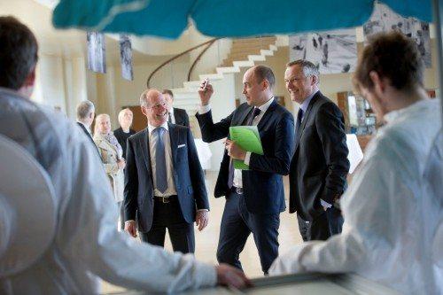 Transportminister Magnus Heunicke – i midten ved receptionen i går, til venstre lufthavnens adm. direktør, Thomas Woldbye, og til højre lufthavnens kommunikationsdirektør, Henrik Peter Jørgensen. Foto: Ernst Tobisch.