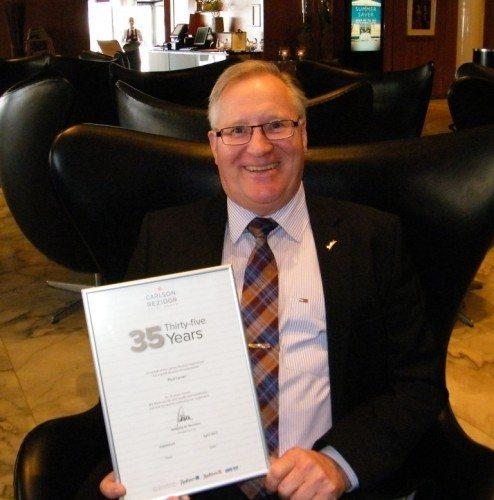 Poul Larsen med sit diplom i anledning af 35 års jubilæet i går.