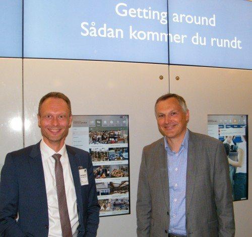 Københavns kultur- og fritidsborgmester, Carl Christian Ebbesen, til venstre med lufthavnens kommunikationsdirektør, Henrik Peter Jørgensen, ved åbningen af informationsvæggen i går.