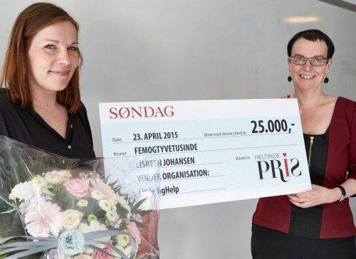 Lisbeth Johansen kunne ikke være til stede da hendes LittleBigHelp fik Søndags Heltindepris, den blev i stedet modtaget af LittleBigHelps fundraising & Event Manager, Rikke Schrøder, til venstre, overrakt af Stinne Bjerre, chefredaktør på Søndag.