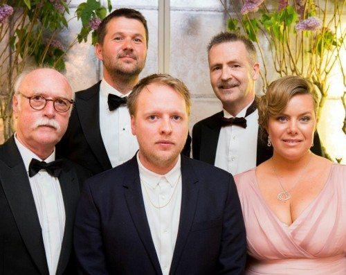 Kunstudvalget med prismodtageren Morten Knudsen (i midten), Arne Wulff og Mette Remmen. Bagerst Jens Peter Brask og Adrian Lloyd Hughes.