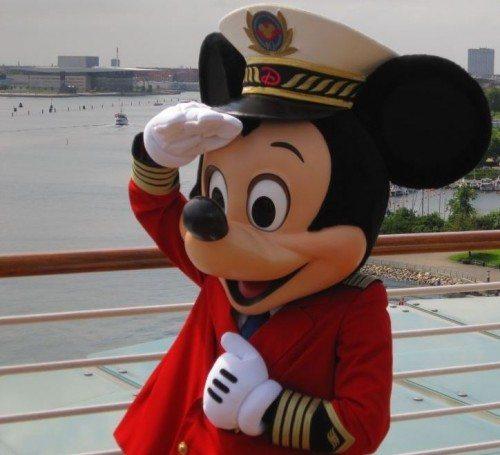 Mickey Mouse som kaptajn ved Disney Cruises første anløb i Københavns Havn i 2011 – med Operaen i baggrunden.