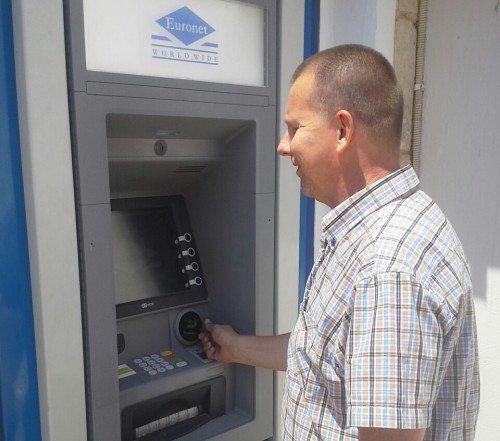Svensk Spies-gæst hæver mandag 250 euro i ATM-automat på Kreta.
