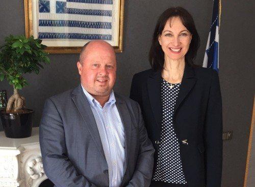 Formand for de danske charterrejsearrangører, Bravo Tours adm. direktør, Peder Hornshøj, i går i Athen med den græske turistminister, Elena Kountoura.