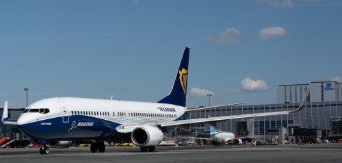 Ryanair i specialbemalet Boeing B737-800 med delvis Boeings firmabemaling i Københavns Lufthavn. Foto: Arne V. Petersen.