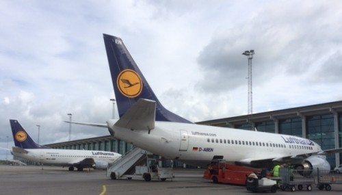 Lufthansa i Aalborg Lufthavn – Star Alliance-selskabet har alle ugens dage to flyvninger mellem Frankfurt og København, men der har været enkelte tilfælde hvor Lufthansa har haft tre fly om dagen i Frankfurt.