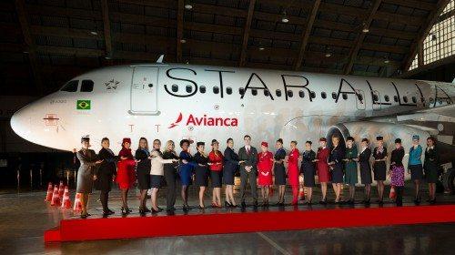 Uniformeret personale fra en række Star Alliance-medlemmer byder velkommen til Avianca Brasil ved indlemmelses-ceremonien i går.