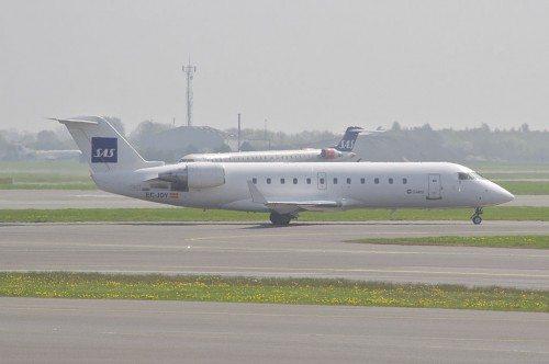 1024px-SAS_(Cimber_Air)_Canadair_CRJ200ER;_EC-JOY@CPH;10.05.2013_706bw_(8758502171)