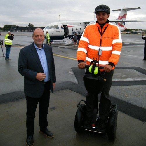 Aalborg Lufthavns adm. direktør, Søren Svendsen, med trafikmarshall i lufthavnen, Anders Olsen, der som noget nyt bruger segway og dermed forurener lufthavnen mindre.