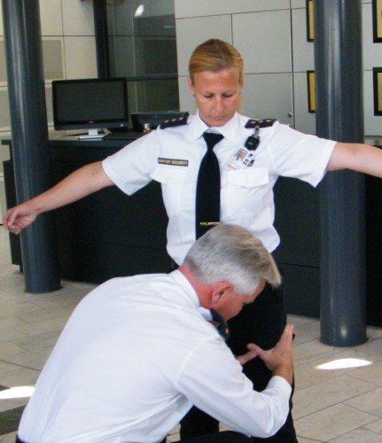Københavns Lufthavn har intet billedarkiv til pressen, så her er arkivfoto af personundersøgelse ved et pressemøde.