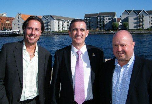 Fra afskedsreceptionen i går for Juan Francisco Cervero, der flankeres af produktchef Carlos Cebrian fra Spies, til venstre, og Bravo Tours' adm. direktør, Peder Hornshøj.