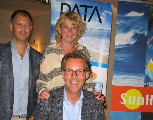 Fra venstre salgskonsulent i vinfirmaet Otto Suenson, Frederik Falk Andersen, PATA-formand Karin Gert Nielsen og forrest salgschef for Sun Hotels, Claus Bille.