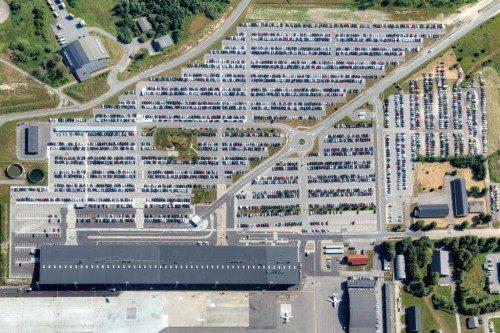 Aalborg Lufthavn set fra oven – nederst er terminalen, øverst de mange tusinde gratis P-pladser.