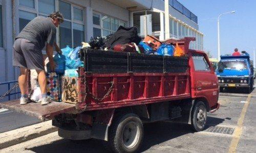 På Thomas Cook Airlines' sidste flyvninger til Lesbos kom der så megen nødhjælp, at Spies og Ving måtte bede en lokal vognmand om hjælp til transporten.
