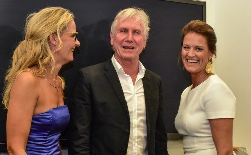 Steffen Brandt gav intimkoncert under indsamlingen på Scandic-hotellet, her med Karina Lind, til venstre, sponsor og ambassadør for LittleBigHelp, samt Lisbeth Johansen.