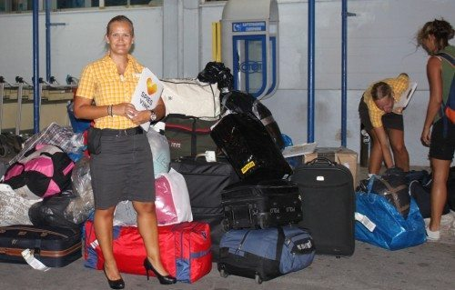 Når Kirsi Karjalainen og hendes kolleger har sendt Spies-gæsterne på hotel, kører de deres nødhjælp til de to flygtningelejre på Mytilini. Her står hun foran et tons tøj, sko m.m., Spies-gæsterne forrige søndag medbragte på flyet fra Thomas Cook Airlines.