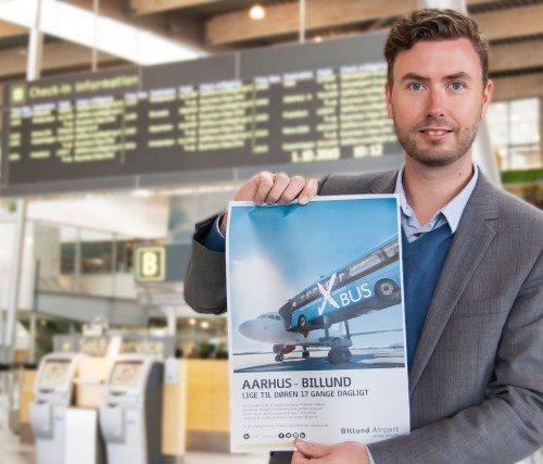 Billund Lufthavns marketingchef, Jesper Klausholm, med reklame for den øgede bustrafik fra Aarhus til Billund.