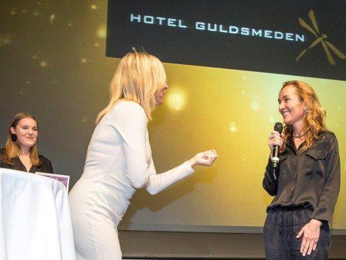 Sandra Plesner Weinert får sin Danish Travel Award af konferencier, Cecilie Beck. Foto: Michael Stub.