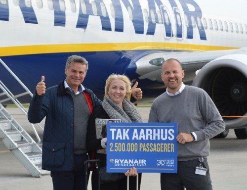 Rebekka Jepsen, der blev valgt som Ryanair-passager nr. 2,5 mio. på ruten mellem Aarhus og London Stansted, flankeres af Ryanairs nye nordiske salgschef, Hans Jørgen Elnæs, til venstre, og Aarhus' lufthavnsdirektør, Peter Høgsberg.