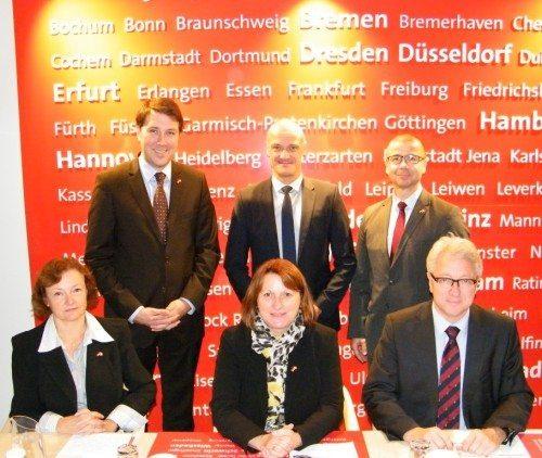 Bo Schou Lauridsen bagest i midten med de besøgende tyske politikere.