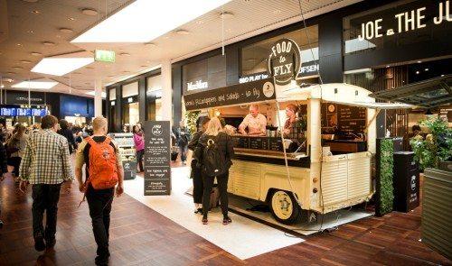 """Ud over cafeer, kiosker og restauranter i Københavns Lufthavn sælges der også """"Food to Fly"""" fra to """"food trucks"""" i Københavns Lufthavn. Foto: Ernst Tobisch."""