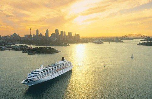 Krydstogtskib forlader havnen i Sydney.
