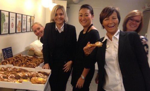 Ansatte hos charterrejsebureauet Bravo Tours i Herning med wienerbrød fra Den Spanske Stats Turistbureau. Spanien er største marked for netop Bravo Tours.