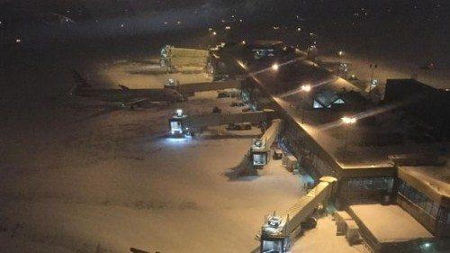 Foto fra American Airlines viser en snedækket lufthavn i Philadelphia.