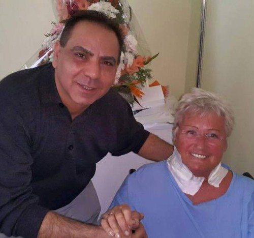 Egyptens turistminister, Hisham Zaazou, besøger østrigsk kvinde, der blev angrebet i lørdags.