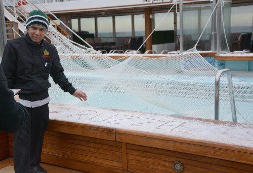 Det er sjældent man kan skrive sit navn i sneen ved swimmingpoolen på et krydstogtskib, som her på Queen Victoria, som her i går i København. (Foto Preben Pathuel).