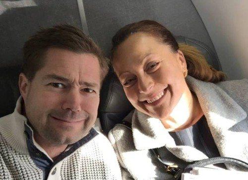 Pjattefoto fra Facebook. Danmarks Radios USA-korrespondent, Johannes Langkilde, med DR's nye USA-korrespondent, Stéphanie Surrugue, i American Airlines fly på vej til første præsident-primærvalg i Iowa.