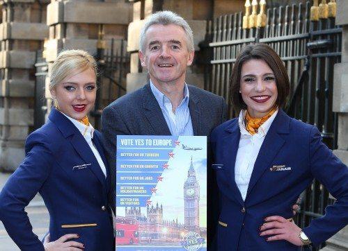 Irske Ryanairs koncernchef, Michael O'Leary, med 'reklameskilt' for hvorfor Storbritannien skal blive i EU.