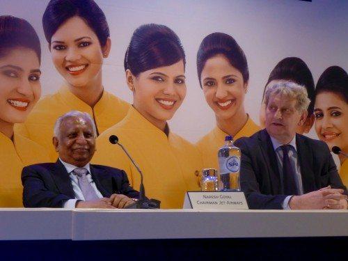 Bestyrelsesformand for Jet Airways, Naresh Goyal, og Amsterdams borgmester, Eberhard van der Lan, under mandagens pressekonference i Schiphol lufthavnen.
