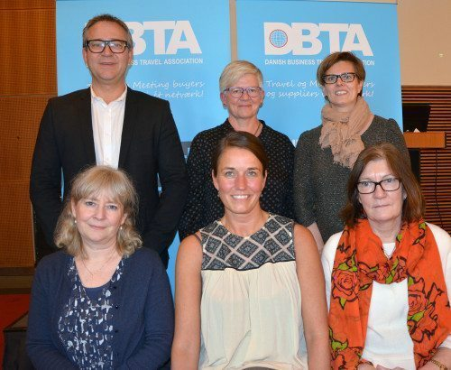 Hovedparten af DBTA's bestyrelse efter generalforsamlingen i går. Forrest fra venstre Anja Mihoubi, formand Line Hein, og Susanne Holst. Bagest fra venstre Jeppe Mühlhausen, DBTA's sekretariatsleder, Anne Mette Berg, og Mette Bank. Foto: Preben Pathuel.