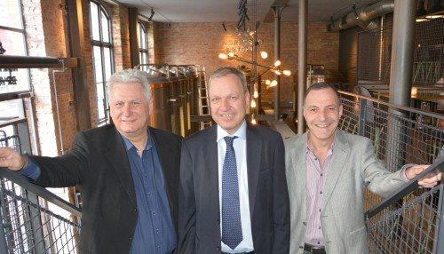 Fra Lars Thuesens reception i går, fra venstre Jet Times kommercielle direktør, John Uggerhøj, fødselaren, og Patrick Menzies, nordisk chef for South African Airways. Foto: Preben Pathuel.