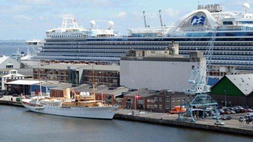 Krydstogtskib i Aarhus Havn – i forgrunden ligger kongeskibet Dannebrog.