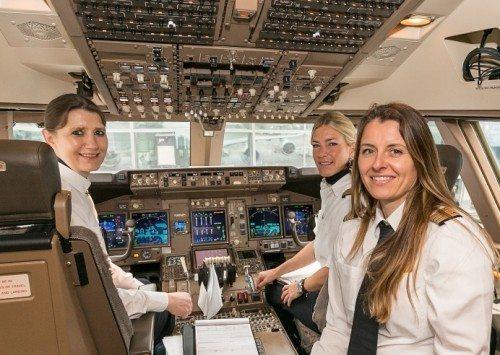I cockpittet i går på Lufthansas afgang fra Frankfurt til New York var der også kun kvindelige piloter i cockpittet på Boeing 747-8'eren.