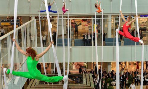 Akrobater var med til at åbne ny satellit-finger i Tysklands næststørste lufthavn.