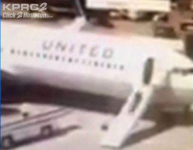Foto fra videoen fra TV-stationen KPRC 2 der viser United-stewardessens usædvanlige måde at forlade flyet på.