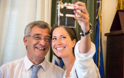 Cana Buttenschøn snupper en selfie med Lesbos borgmester, Spyros Galinos.