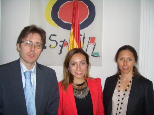 Carola Valls fra Visit Benidorm flankeres under besøget i København af fra venstre direktør for Den Spanske Stats Turistbureau Raul Castro Cano, og Maria Dias også fra turistbureauet i København.