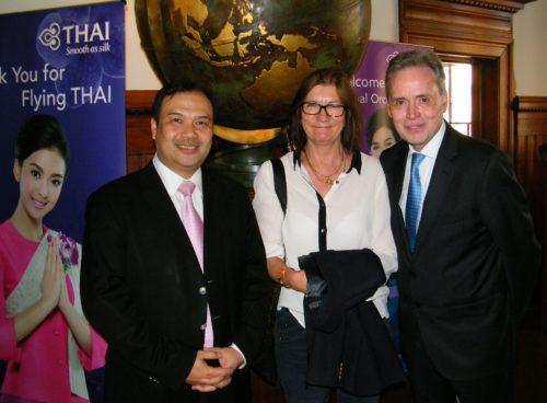 Fra receptionen til højre fødselar Flemming Sonne, Susanne Holst, Manager International Network hos alarmcentralen SOS International og den nye direktør for Thai Airways i Danmark, Patapong Na Nakorn.