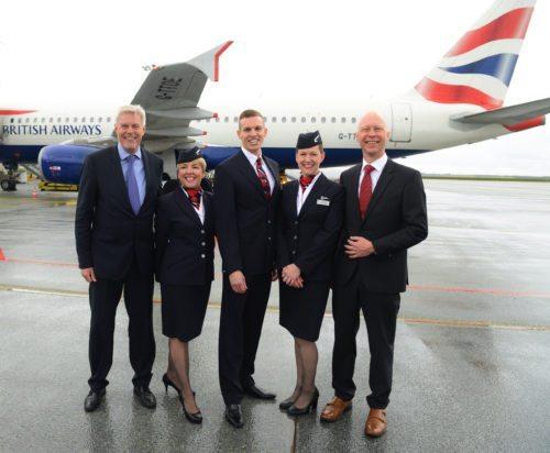 Ved første BA-flyvning i går fra Billund til London Heathrow, flankerer Billunds lufthavnsdirektør, Kjeld Zacho Jørgensen, til venstre, og BA's nordeuropæiske chef, Peter Rasmussen, til højre, flyets kabinepersonale. Foto: Jonas Ahlstrøm.