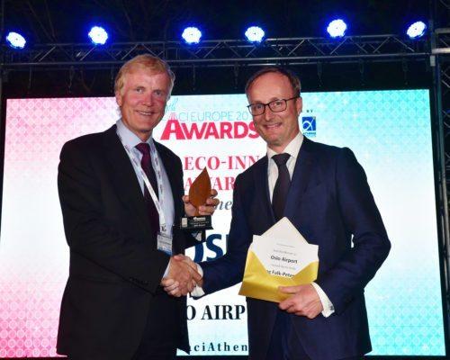 Dag Falk-Petersen (til venstre) fra Oslo Lufthavn får overrakt prisen i Athen af Filip Cornelis fra EU-Kommissionen.