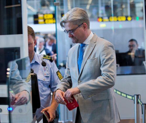 Justitsminister Søren Pind ved den nye paskontrol i går i Københavns Lufthavn. Foto: Ernst Tobisch.